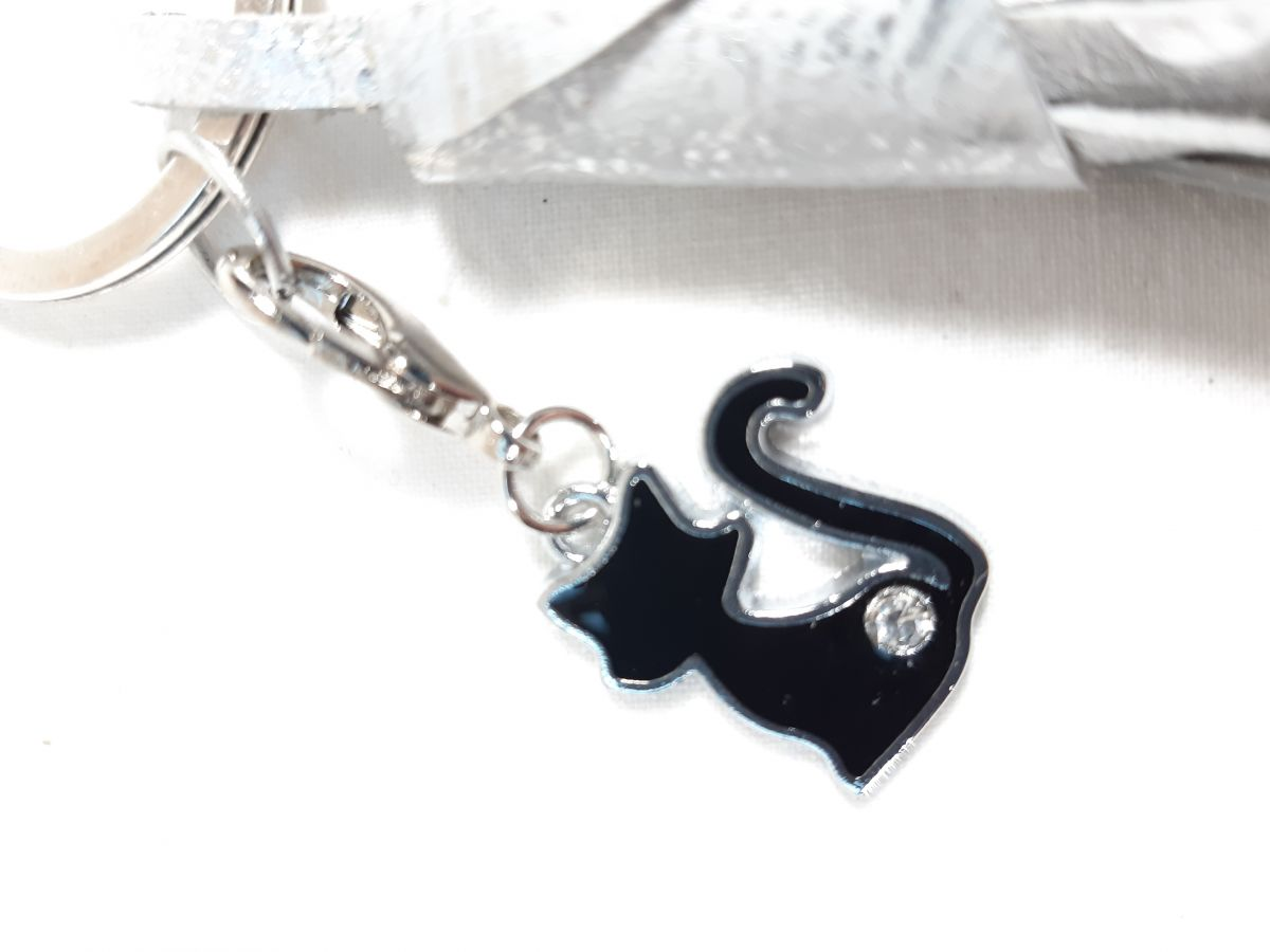Bijou de sac pompon cuir de chèvre enduit coloris argent avec charm chat