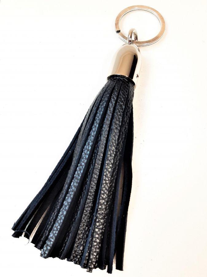 Bijou de sac pompon cuir grainé coloris noir.