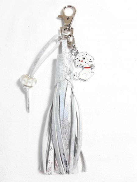 Bijou de sac pompon cuir de chèvre enduit coloris argent avec charm chien.