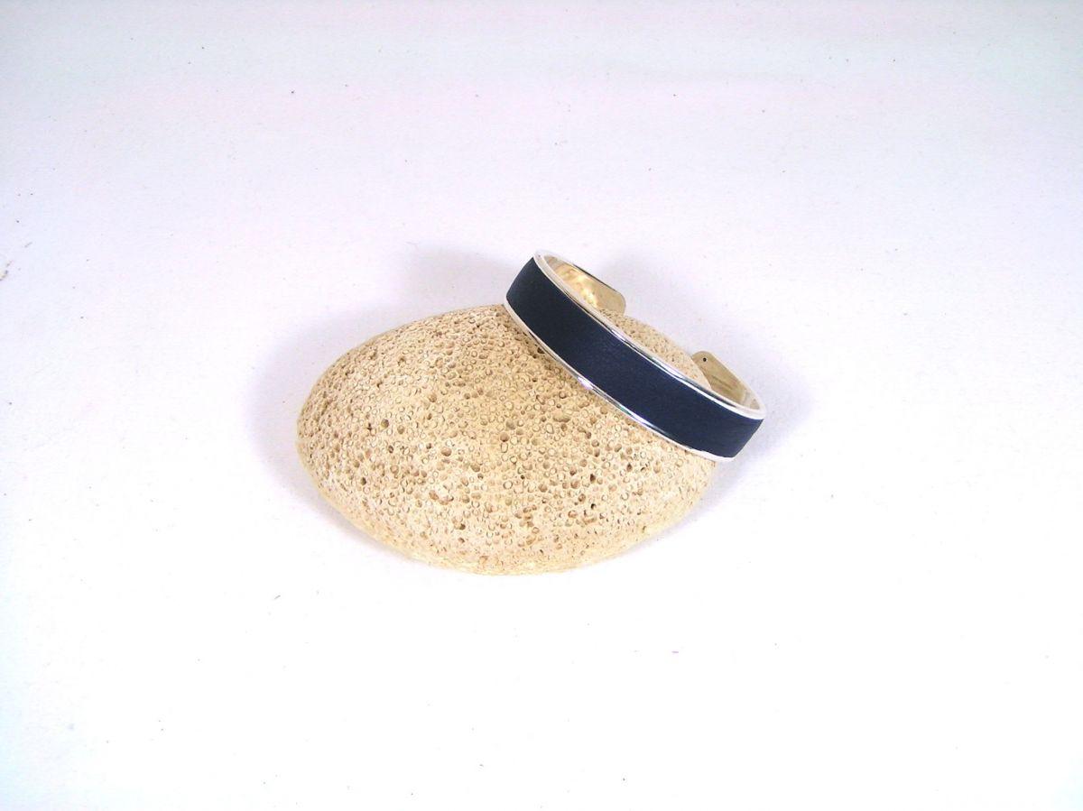 Bracelet jonc métal et cuir, coloris bleu.