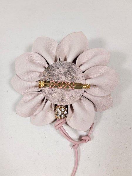 Broche croûte de cuir d'agneau coloris vieux rose et perle avec strass.