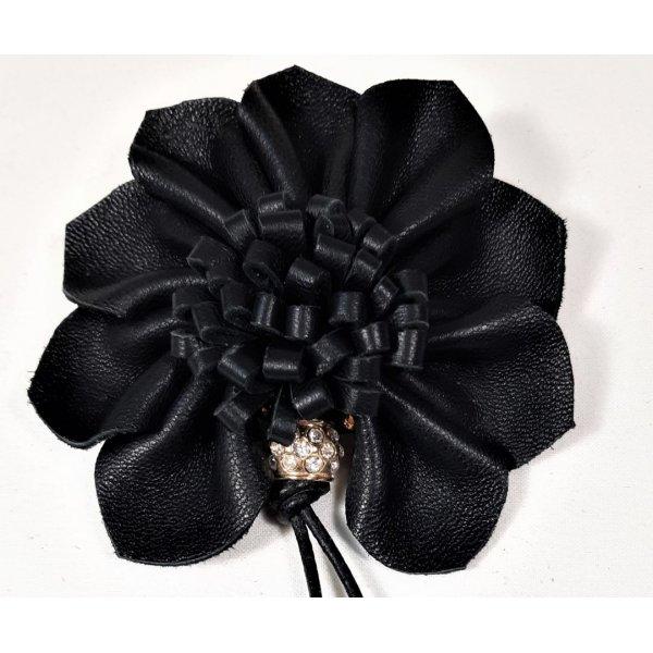 Broche cuir d'agneau coloris noir et perle avec strass.