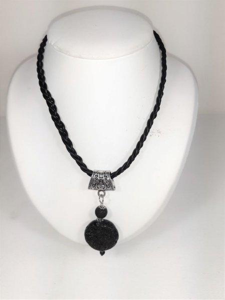 Collier cuir et pendentif en pierre de lave.