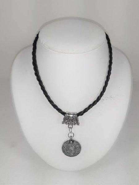 Collier cuir tressé et pendentif métal argent vieilli