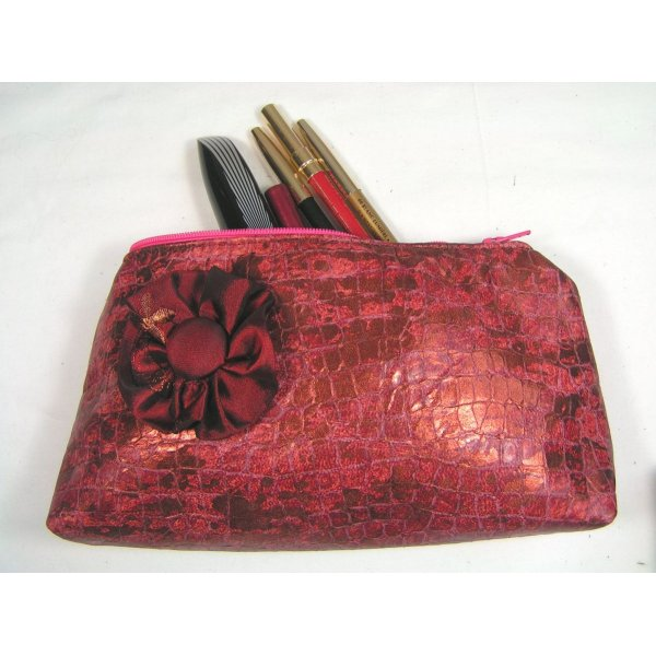 Trousse maquillage coloris rose fushia.