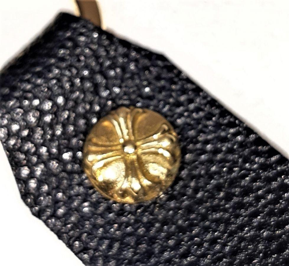 Porte-clés en cuir de vachette grainé coloris noir.