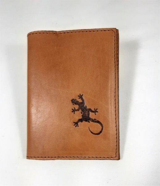 Protège passeport en cuir de vachette pyrogravé coloris havane