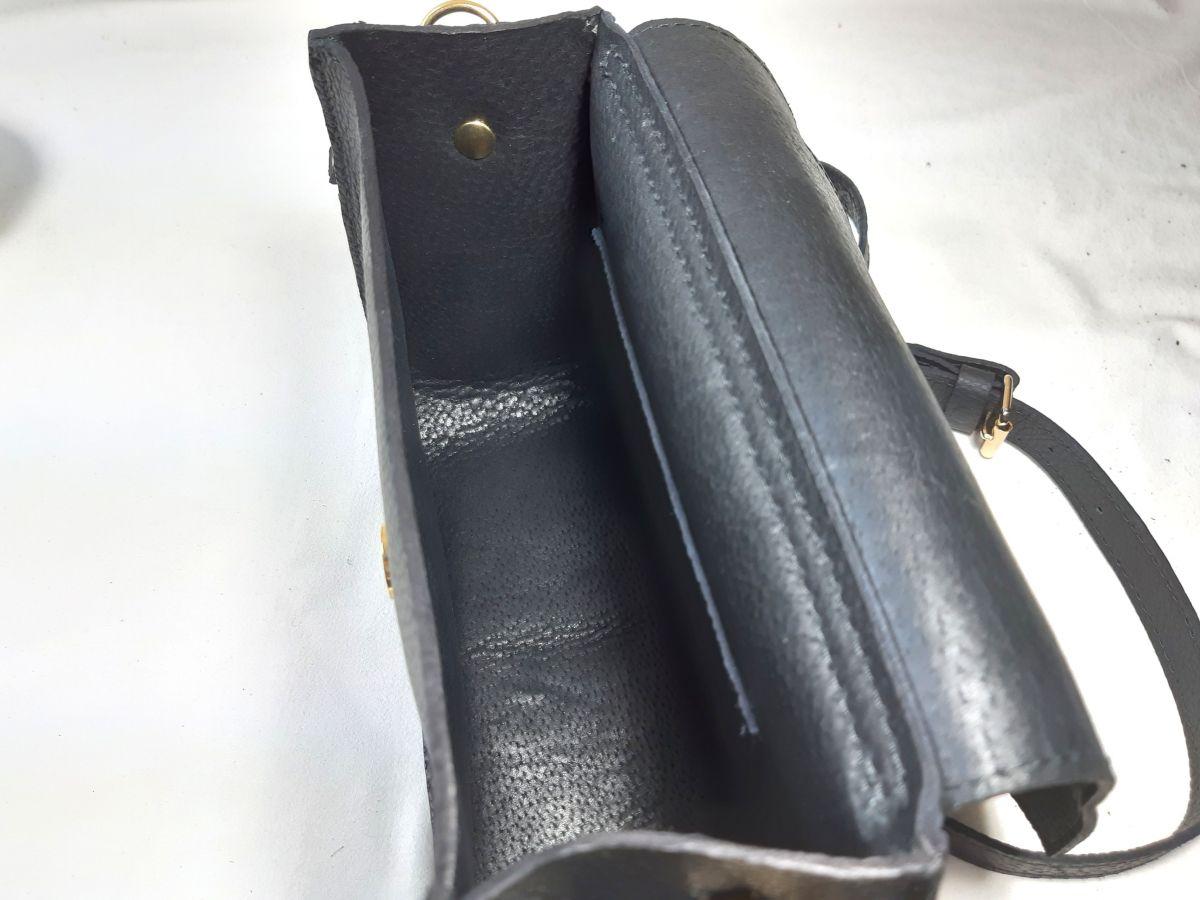 Sac bandoulière cuir de vachette coloris noir.