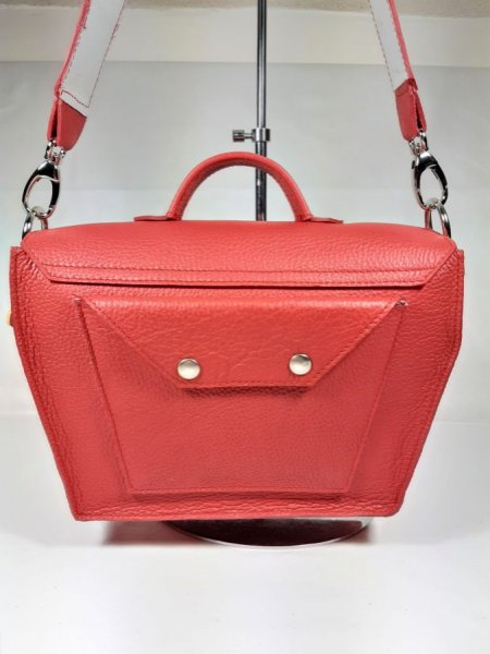 Sac cuir vachette coloris rouge, prté épaule ou main, création artisanale.
