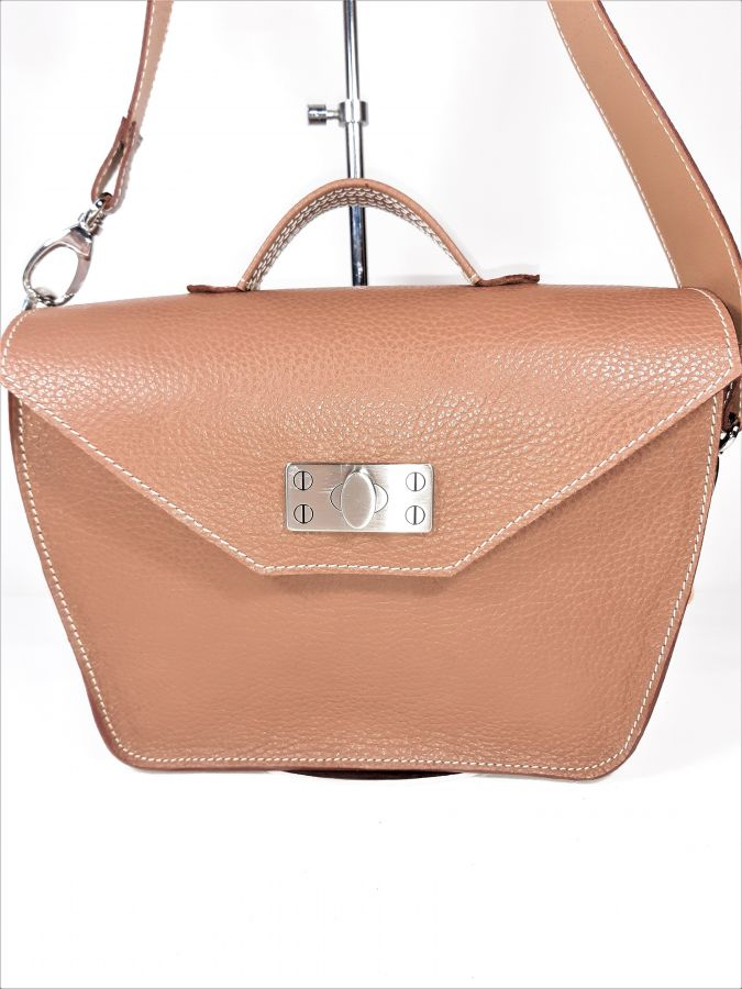 Sac cuir vachette coloris brun beige, porté épaule ou main, création artisanale.
