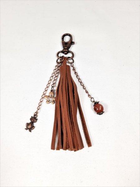 St Valentin! Bijou de sac pompon cuir de vachette coloris marron.
