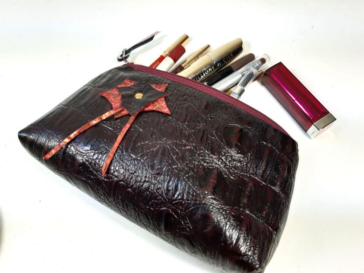 Trousse maquillage croûte de cuir façon croco.