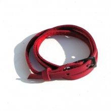 Bracelet cuir rouge.