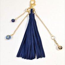 St Valentin! Bijou de sac pompon cuir de vachette coloris bleu marine.