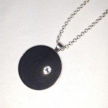 Pendentif laiton et cuir noir, cristal de swaroski